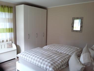 Schlafzimmer-Bett-Schrank-Ferienwohnung-