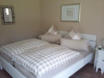 Bett-Schlafzimmer-Ferienwohnung-am-Kurpa
