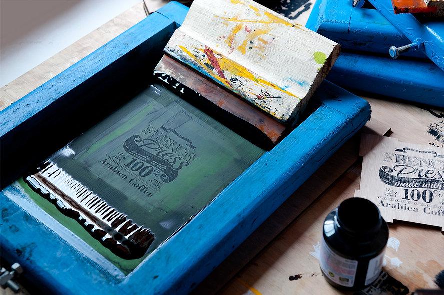 Impressão serigráfica de estampas e logos desenvolvidos para a identidade visual do Clube do Café