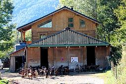 vue extérieure de la ferme du Crabé, vente de fromage de chèvre, Ariège, Pyrénées.