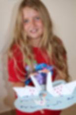 ילדה עם ברבורי אוריגמי