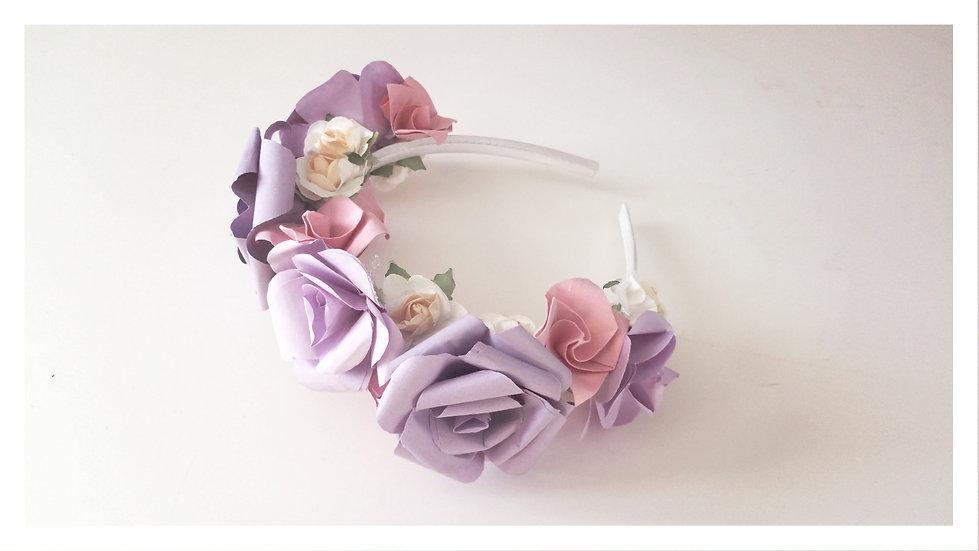 קשת זר לראש מעוצבת פרחי אוריגמי בצבעים: סגול ורוד ולבן