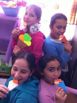 ילדות כיתה ד עם  גלידה מאוריגמי