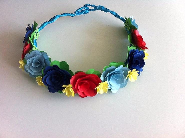 זר פרחי אוריגמי לראש בצבעי כחול, תכלת, אדום וצהוב