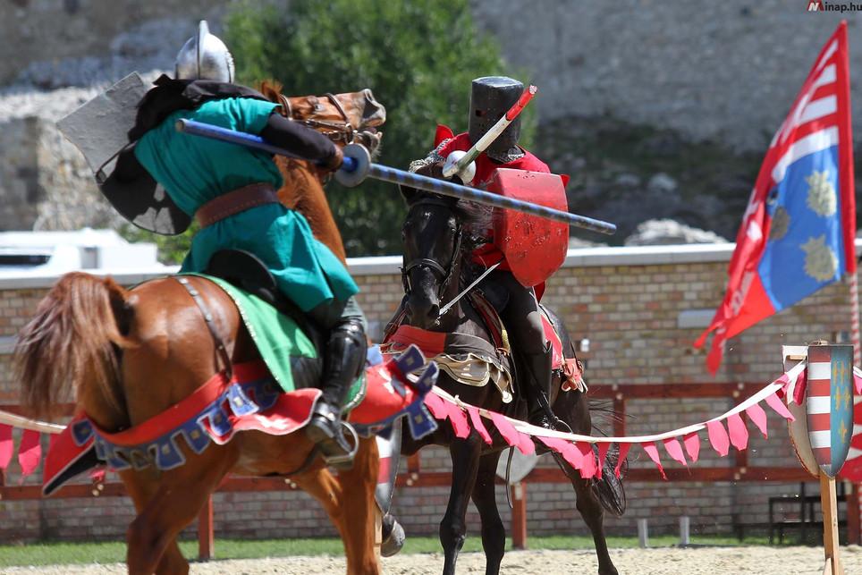 Kopjatörés a lovagi tornán