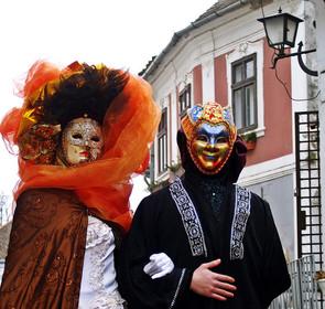 Velencei karneváli jelmezes szereplők