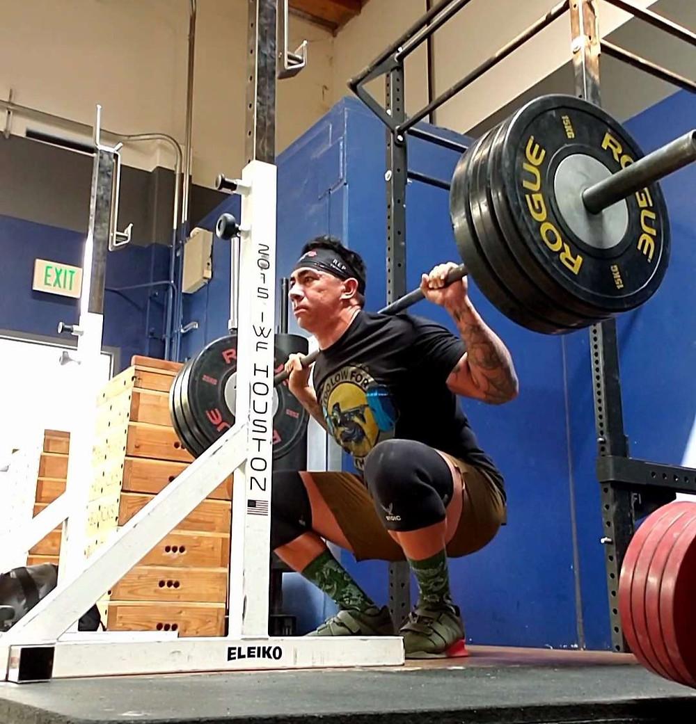 beltless squats utilizing stoic knee sleeves