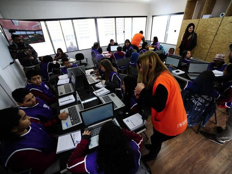 Contêineres transformados em sala de aula começam a atender alunos da periferia de Porto Alegre