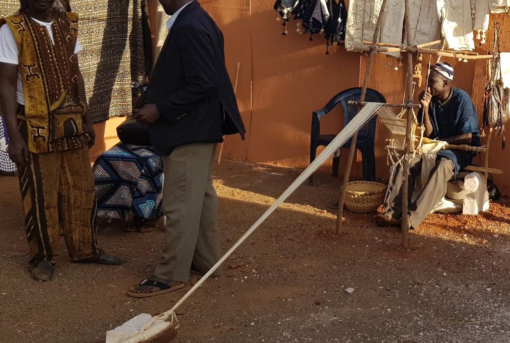 Akouni Kodio, notre tisserand, dans son atelier au Pays Dogon