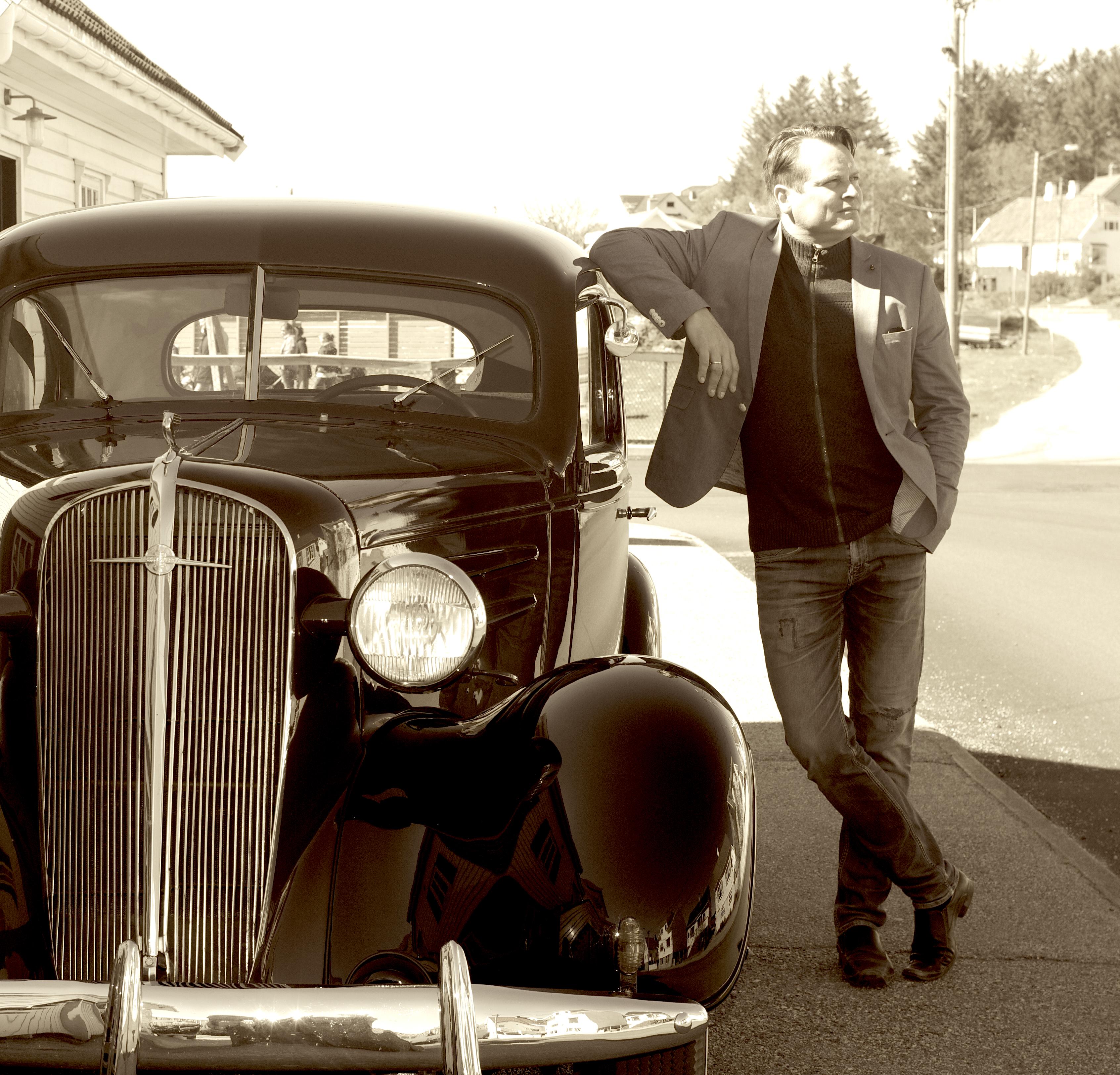 Ved veteranbil.jpg