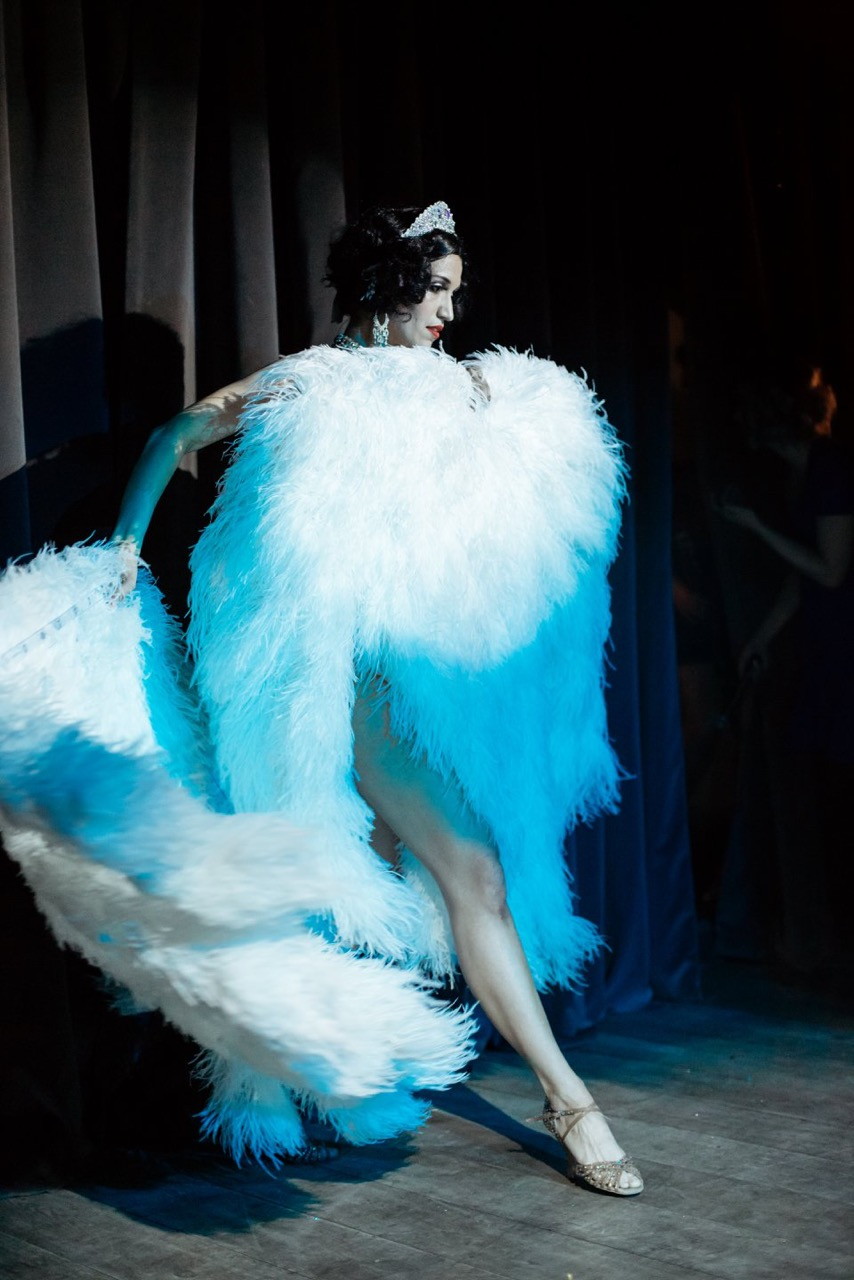 Anja Pavlova Burlesque Feather Dance
