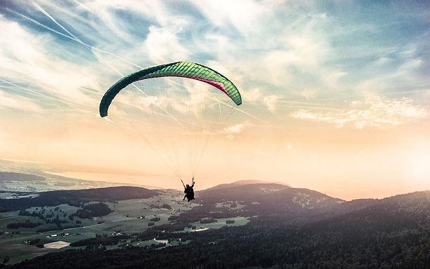 paragliding-1245837_1920.jpg