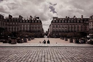 Photo représentant une ville, un parvis.