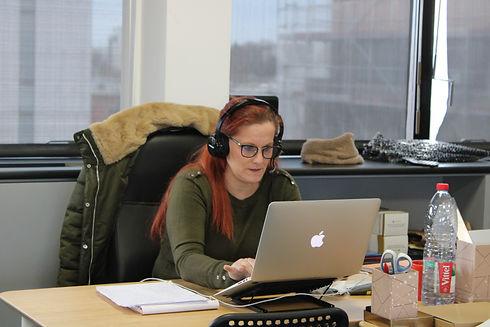 Photo d'une personne sur un ordinateur.