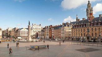 Photo d'une ville, représentant une place.