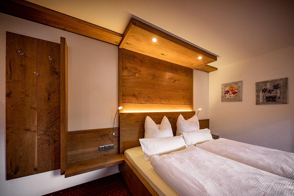 06 Hotel Krone LOW RES - Zimmer 106.jpg