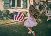 ילדה עם דגל