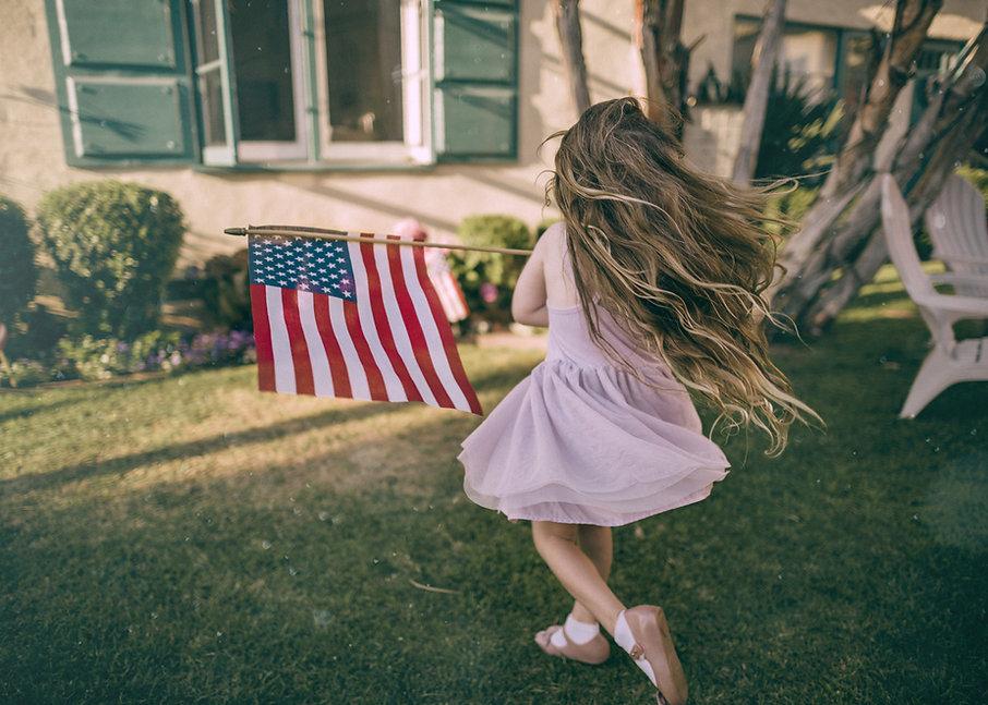 Menina acenando a bandeira dos EUA
