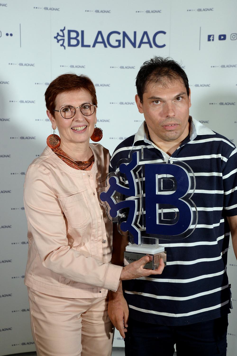 Elisabeth Pélissier et Pierre reçoivent le trophée de la ville de Blagnac au nom de l'association