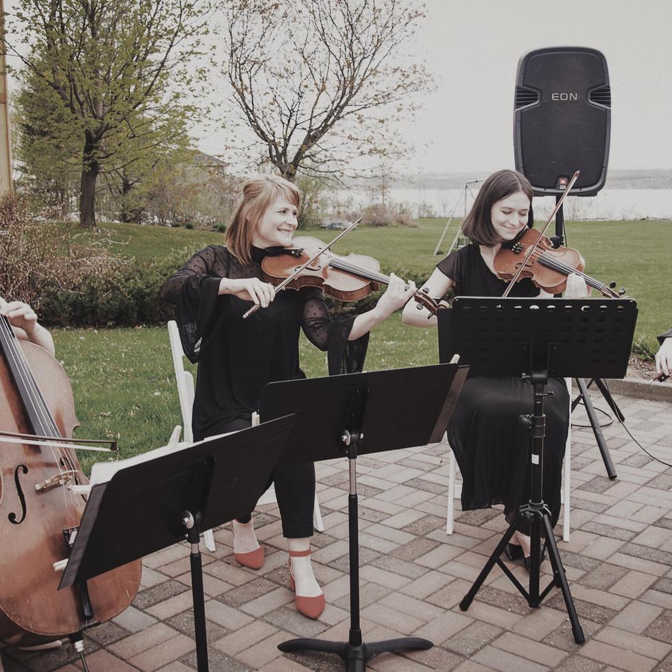 Complicité en quatuor à cordes pour le mariage de Charlotte et Kenneth.