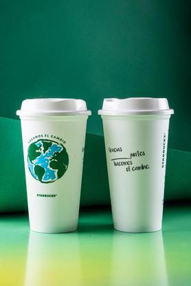Celebremos  el Día de la Tierra con vasos reusables y opciones amigables con el planeta.