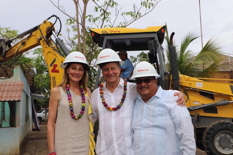 Colocan primera piedra para reconstruir primaria en Ixtapa Zihuatanejo