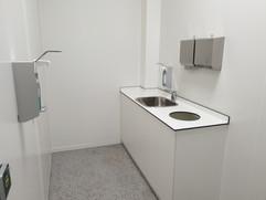 Waschbecken und Spender