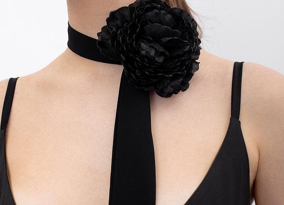 Чорна брошка квітка