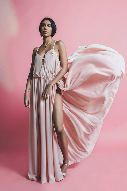 Spectaculat movement flying fabric of the maxi dress by Rose Corps