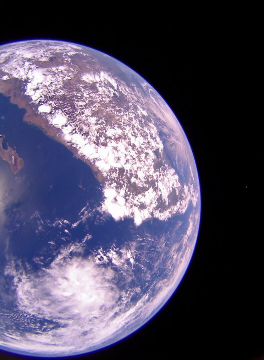 Oceano Pacífico, México, Lua (pequeno ponto) vistos pela LightSail 2