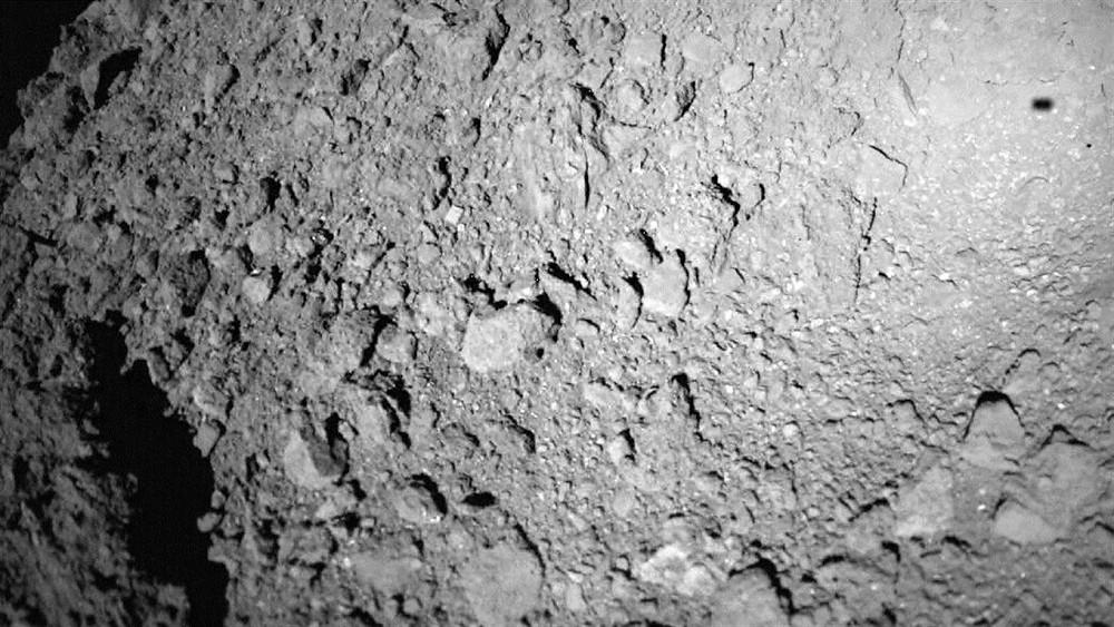 Imagem de Ryugu feita pela MASCOT a 20 m de distância
