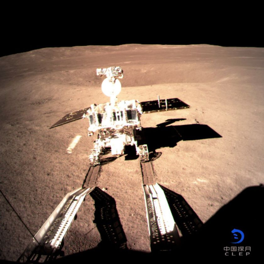 Yutu-2 descendo rampa da Chang'e-4 na Lua