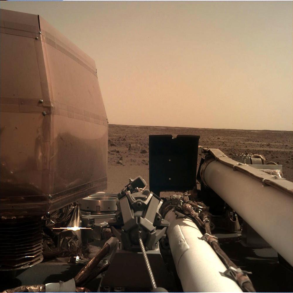 Imagem tirada pela câmera do braço robótico da InSight
