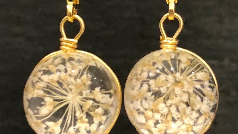 BG  Boucles d'oreilles fleur blanche