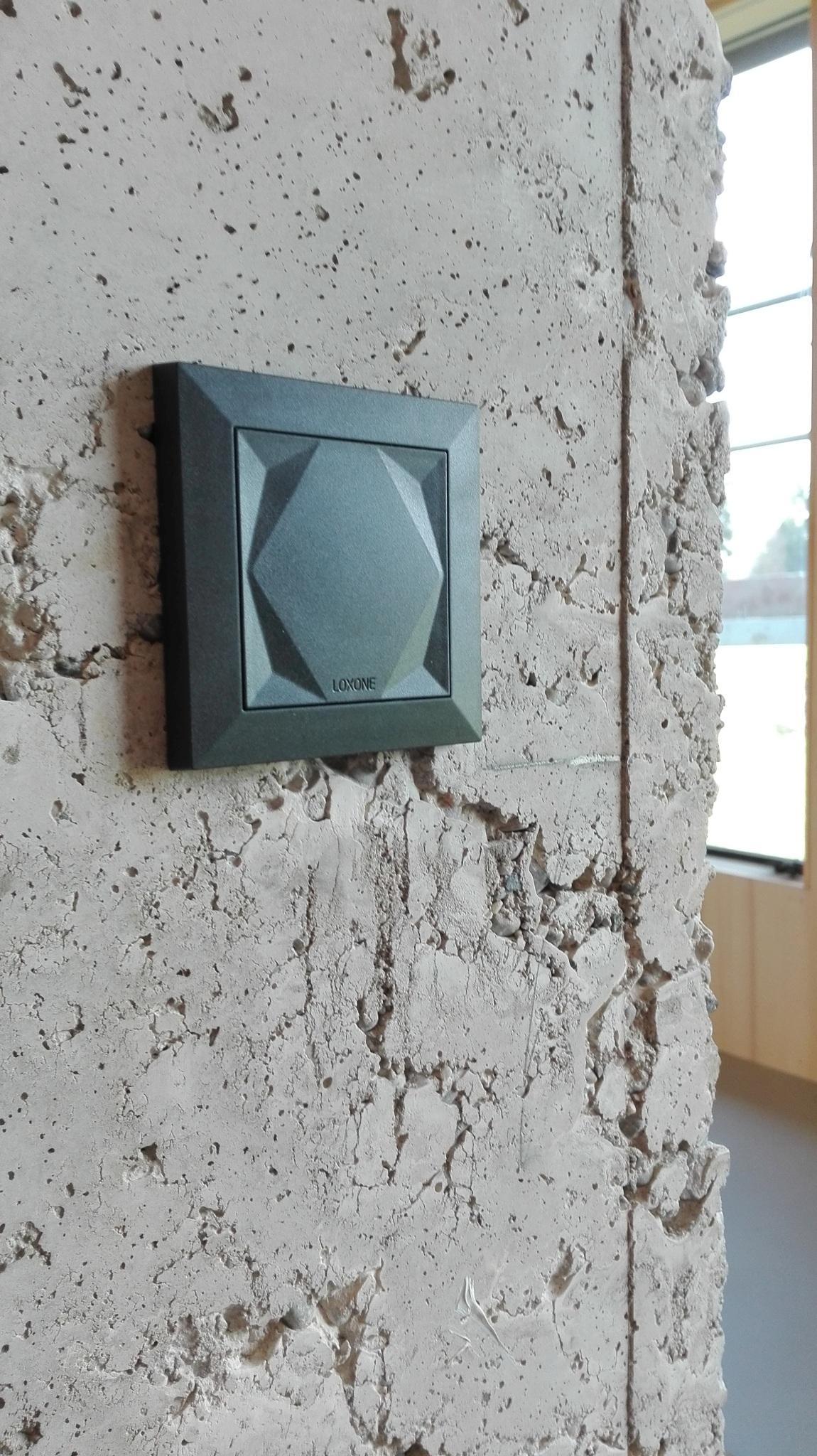 Loxone Touch Taster auf Sichtbeton