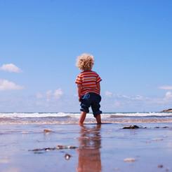 Boy Mit Blick auf Meer