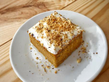 vet en suikerarme pompoencake met vanille kaas frosting.