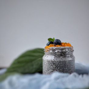 Kokos chia pudding met vruchtencoulis.