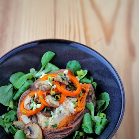 Gepofte zoete aardappel met heerlijk rommige roerei