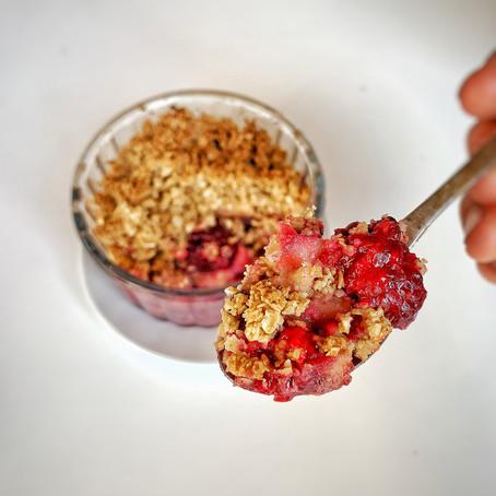 Gezonde crumble met rode vruchten.