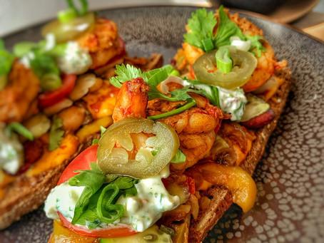 Baguette met scampi, groenten en kruiden.