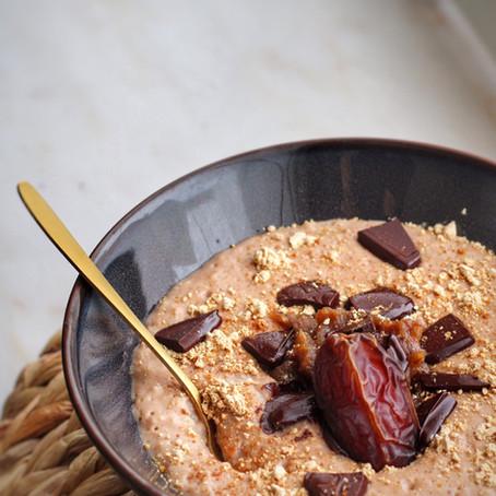 Vegan snicker havermout met dadel karamel.