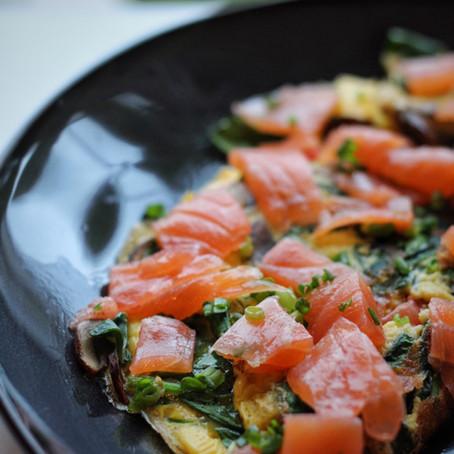 Omelet met groenten en gerookte zalm.