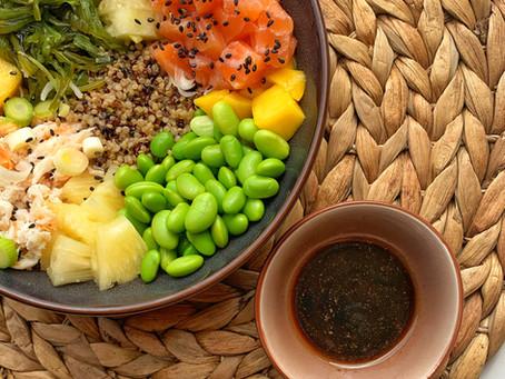 Poké bowl met quinoa, zalm en krab.