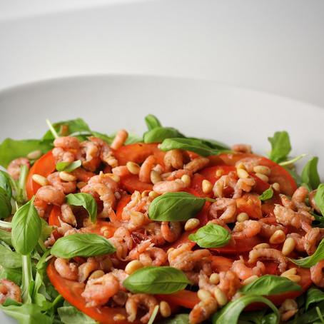 Carpaccio van tomaat met grijze garnalen.