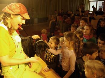 Ein Theaterhund, der Kinder verzaubert - Bibliotheks-Tournee im Raum Karlsruhe
