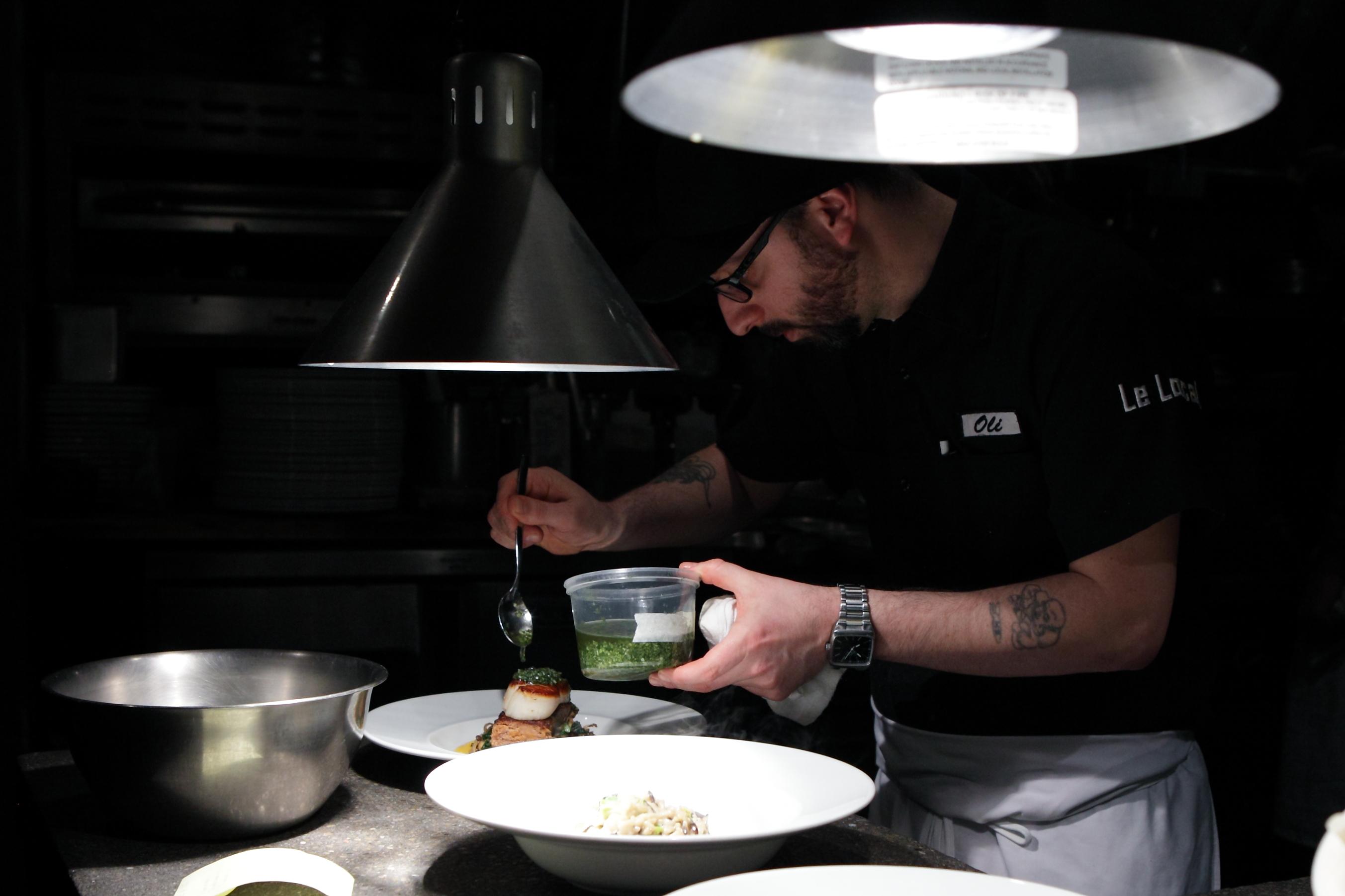 Un chef en cuisine