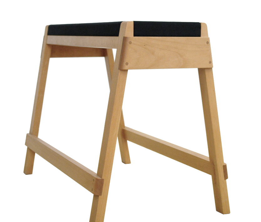 stool_horse_斜_edited.png