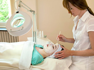 Keep Your Skin Glowing and Youthful With the Help of a Chemical Peel