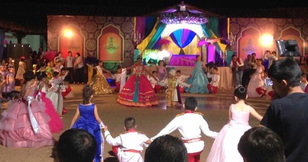 Das ist eine Coronación, wo gerade alle Königinnen mit ihren Königen tanzen. In der Mitte sieht man die Königin des Frühlings - die Hauptperson des Abends.